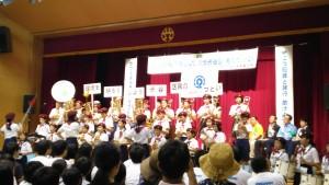 パレードしてきた中幡小学校児童の鼓笛隊が式典会場でも演奏